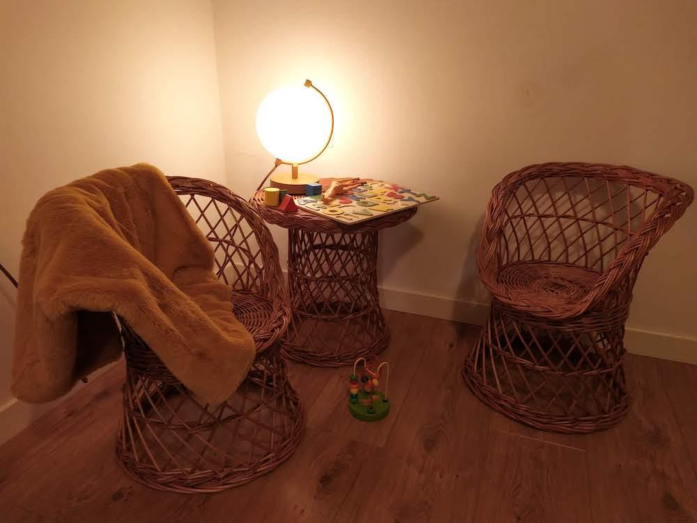 Set de mesa y taburete de mimbre